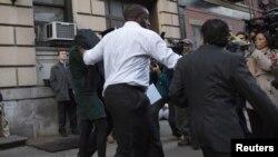 La mujer que demandó a Lindsay Lohan por asalto, es llevada bajo protección de las autoridades a la Estación de Policía.