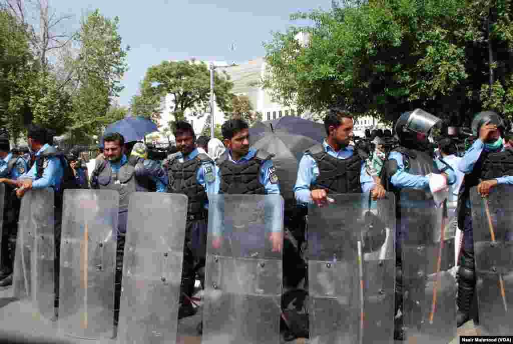 پولیس اہلکاروں کی ایک بڑی تعداد سپریم کورٹ کے باہر تعینات کی گئی تھی