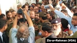 سابق وزیر اعظم نواز شریف کو جمعے کو احتساب عدالت لایا گیا۔