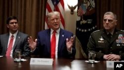 2019年,特朗普总统和前国防部长埃斯珀(左)以及美军参谋长联席会议主席米利在白宫的一个记者会上。
