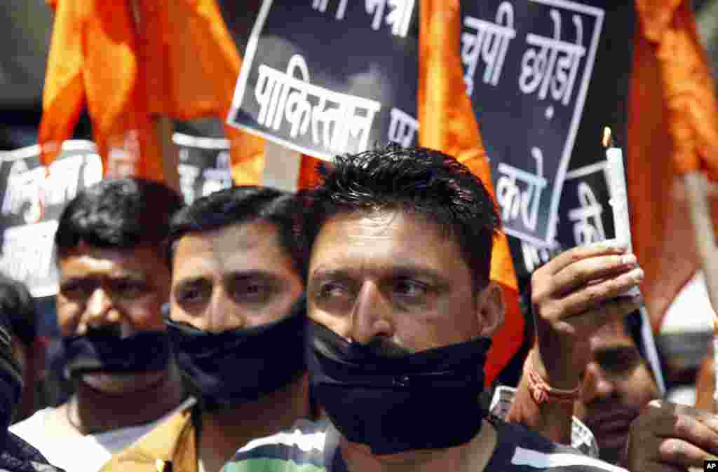 Hindu nationalist Shiv Sena party activists protest Pakistan after Sarabjit Singh, an Indian spy who was on Pakistan's death row, died after two inmates attacked him in a Lahore jail, in Jammu, India, May 2, 2013.