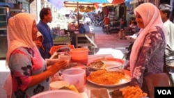 Pedagang kuliner Aceh di Pasar Meureudu Pidie Jaya menjual timphan, kue seupit, kue kekara, dodol dan meuseukat (Foto: dok).