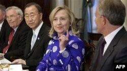 Từ trái sang phải: Đại sứ LHQ Lynn Pascoe, Tổng thư ký LHQ Ban Ki-Moon, Ngoại trưởng Mỹ Hillary Clinton, và cựu Thủ tướng Anh Tony Blair tham dự 1 bữa ăn tối tại Bộ Ngoại giao ở Washington, 11/7/2011