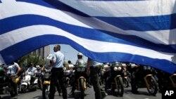 구제 금융 채권단의 요구로 그리스 정부가 공무원 감축 방안을 제시된 가운데, 지방 자치 경찰관들이 8일 아테네에 모여 시위를 하고 있다.