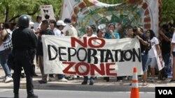Las huellas dactilares de cualquier detenido en el condado de Montgomery y en la ciudad de Baltimore que ingrese a una cárcel serán proporcionadas al Servicio de Inmigración y Aduanas.