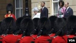 Kunjungan Presiden Obama disambut dengan parade tentara angkatan darat Inggris yang dikenal dengan nama Scots Guards (24/5).