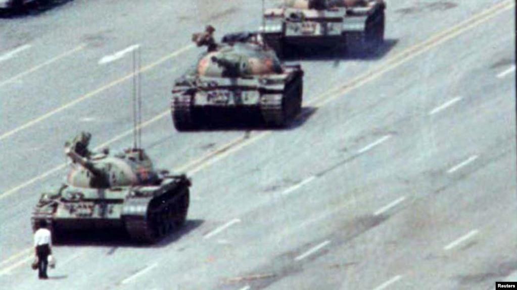 """一名据信叫""""王维林""""的男子八九六四事件期间在北京长安街王府井路段上只身阻挡前行中的戒严部队坦克车队。(资料照片)"""