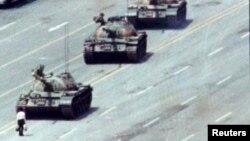 """1989年北京""""六四""""鎮壓期間王維林站在坦克前"""