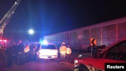 紧急救援人员在南卡罗莱纳州的火车车祸现场实施救援工作。(2018年2月4日)
