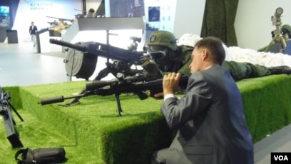 Súng do Nga chế tạo tại triển lãm vũ khí ở Moscow năm 2014. Nga hiện là nhà cung cấp vũ khí chính cho Việt Nam, theo số liệu của SIPRI.