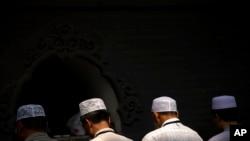 រូបឯកសារ៖ ជនជាតិភាគតិច Hui ចិនកាន់សាសនាឥស្លាមកំពុងបួងសួងក្នុងពិធី Eid al-Fitr នៅវិហារ Niujie ក្នុងទីក្រុងប៉េកាំង។
