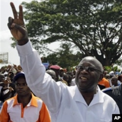 Ivory Cost President Laurent Gbagbo shows a peace sign at a rally in Abidjan, 26 Nov. 2010