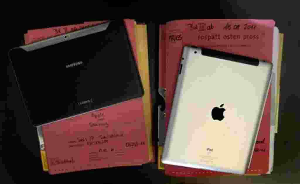 """La tableta Samsung PC """"Galaxy Tab 10.1"""" (izquierda) fue presentada en el tribunal regional de Düsseldorf (Alemania), con motivo de la audiencia sobre la prohibición impuesta por Apple para el Tablet PC Samsung """"Tab Galaxy 10.1 """"al lado de un iPad Apple. L"""