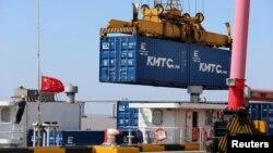 中國江蘇省南通的一個港口的吊車吊起一個貨櫃箱。(2020年3月16日)