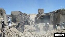 Dân Afghanistan tìm kiếm thi thể của nạn nhân thiệt mạng trong cuộc không kích của NATO ở tỉnh Logar, ngày 6/6/2012