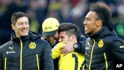 De la gauche, Robert Lewandowski, l'entraîneur-chef de Dortmund Juergen Klopp et ses joueurs Milos Jojic de Serbie et Pierre-Emerick Aubameyang du Gabon célèbrent après avoir remporté le match de la Bundesliga allemande entre BvB Borussia Dortmund et Eint