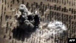 Một hình ảnh lấy từ đoạn phim trên trang web chính thức của Bộ Quốc phòng Nga cho thấy một vụ nổ sau một trận không kích của không quân Nga ở nơi mà Nga nói là một căn cứ quân sự của Nhà nước Hồi giáo ở Idlib, Syria, ngày 15 tháng 10 năm 2015.