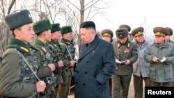 21일 북한 조선중앙통신이 공개한 사진. 김정은 북한 국방위원회 제1위원장(가운데)이 '오중흡7연대' 칭호를 받은 인민군 323군부대를 시찰하고 있다.
