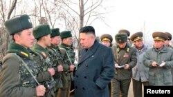 بازدید کیم جونگ اون- رهبر کره شمالی، از یک واحد نظامی ارتش خلق کره - عکس بدون تاریخ است.