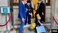 香港抗爭者王婆婆與終審法院職員爭執,要求進入法庭旁聽,最後獲得批准。(美國之音湯惠芸攝)
