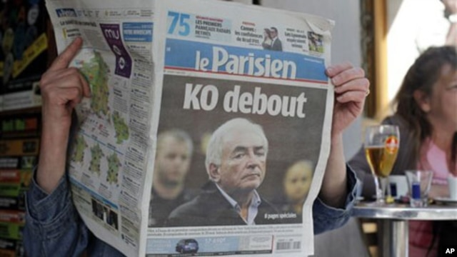 "A woman reads the French newspaper ""Le Parisien"" headlining on IMF head arrest, in Paris, Tuesday, May 17, 2011"