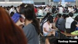 본격 여름방학과 휴가철을 맞은 24일 오후 인천국제공항 출국장에 여행객이 북적이고 있다.