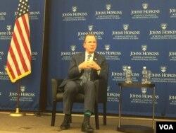 前美军参谋长联席会议主席穆伦海军上将星期二在霍普金斯大学就朝鲜问题发表演讲。(美国之音莉雅拍摄)