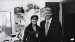L'ancienne stagiaire Monica Lewinsky et le président Bill Clinton à la Maison Blanche en novembre 1995