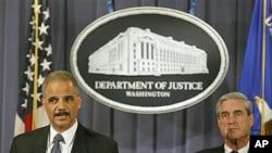 10月11号美国司法部长埃里克·霍尔德(左)和美国联邦调查局局长罗伯特·米勒(右)宣布挫败刺杀沙特驻美大使的阴谋