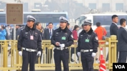 北京两会期间,警察们很忙。(2016年3月3日 美国之音金子莹拍摄)
