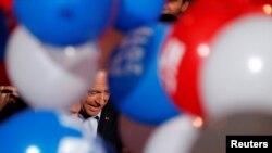 Politisi Perancis, Alain Juppe, saat ini walikota Bordeaux, anggota partai konservatif Les Republicains dan kandidat pemilihan pendahuluan untuk calon presiden, meninggalkan kampanye di Malakoff, Paris (8/10). (Reuters/Philippe Wojazer)
