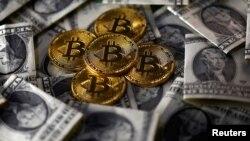 Bitcoin (mata uang virtual) dan uang dolar AS (foto: ilustrasi).