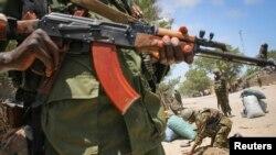 Un soldat près du port de Kismayo (Reuters)