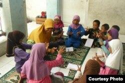 Sri Sulistyani mengajar anak-anak kelompok minoritas Syiah di Sidoarjo, Jawa Timur (foto: courtesy).