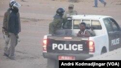 Les policiers arrêtent un manifestant dans une rue de N'Djamena, Tchad, 10 février 2017. (VOA/ André Kodmadjingar)