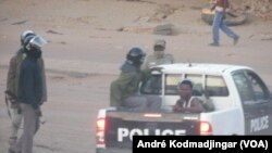 Les policiers arrêtent un manifestation dans une rue de N'Djamena, Tchad, 10 février 2017. (VOA/ André Kodmadjingar)