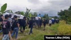 Prosesi ibadah pemakaman untuk empat warga yang dibunuh kelompok MIT di Balai Desa Kalemago, Kecamatan Lore Timur, Kabupaten Poso, Sulawesi Tengah, Rabu (12/5/2021) Foto : Yoanes Litha