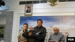 Menko Kesra Agung Laksono didampingi Menko Polhukam Djoko Suyanto dan Menko Perekonomian Hatta Rajasa, memberikan keterangan terkait bencana kabut asap di kantor Presiden RI di Jakarta, Kamis, 27 Februari 2014 (VOA/Andylala)