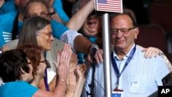 لری سندرز (راست) برادر برنی سندرز در کنوانسیون ملی حزب دموکرات در فیلادلفیا - ۲۶ ژوئیه ۲۰۱۶