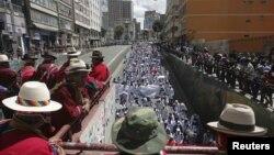 Índigenas obsevan una manifestación de estudiantes de medicina de la Universidad El Alto, que protestan contra un decreto gubernamental que extendería el horario de trabajo.