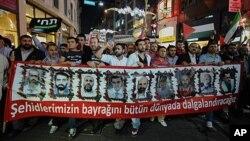 Demonstranti u Istanbulu nose transparent sa fotografijama poginulih aktivista