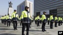 Polisi Korea Selatan berjaga di dekat Kedutaan Amerika saat berlangsungnya unjuk rasa di Seoul (Foto: dok). Pihak berwenang Korsel telah menangkap dua orang tersangka mata-mata Korut.