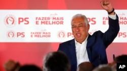 안토니우 코스타 포르투갈 총리가 6일 자신이 이끄는 사회당이 총선에서 승리한 후 주먹을 하늘 위로 올리고 있다.