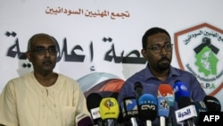 Rashid al-Sayed (ibubamfu) na Amjad Farid (iburyo), bavugira umuhari w'abiyamamaza, mu kiganiro n'abamenyeshamakuru ku murwa mukuru Khartoum, itariki 27/04/ 2019.