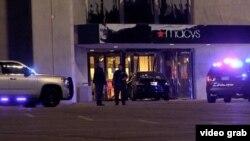 El auto del sospechoso fue estrellado contra una de las entradas de una tienda del mall.