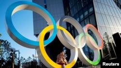 日本東京奧林匹克博物館前一個兒童在奧運五環上玩耍。(2020年2月17日)