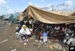 Des habitants se rassemblemt près d'un poste onusien à Kadugli, dans le Kordofan-Sud, le 9 juin 2011