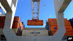지난달 27일 미국 조지아주 사반나 항에서 수출용 컨테이너를 싣고 있다.