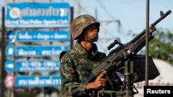 태국 군이 계엄령을 선포한 20일 무장한 군인이 방콕 중심가를 지키고 있다.