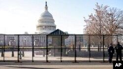 Kapitoli shfaqet tashmë i rrethuar nga një gardh mbrojtës